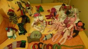 """Die Sockenfamilie ist kleiner geworden...   ob Hasen,  Elefantis, Lämmleins, Schnecke oder Maus, alle suchen noch ein neues """"Zuhaus"""" !"""